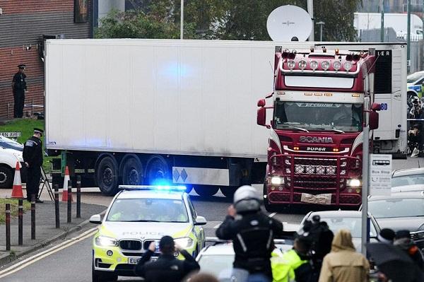 载有39具尸体的集装箱货车(图源:《镜报》)