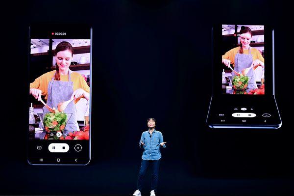 三星2019开发者大会上发布了新款横向折叠屏智能手机。(三星官网)