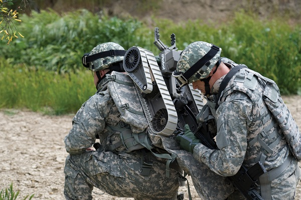 资料图片:美军测试单兵便携式小型无人侦察车。(美陆军官网)