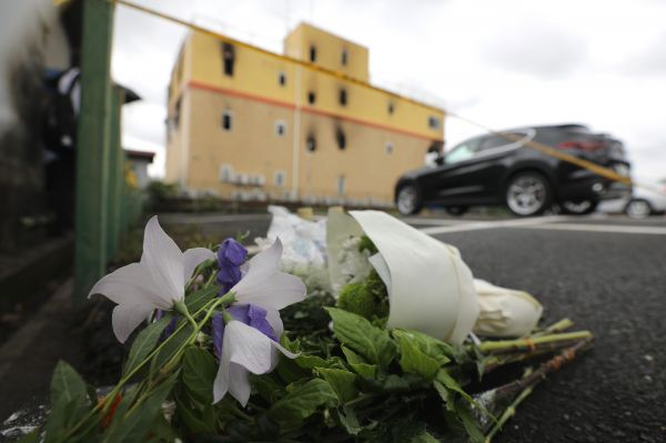 资料图片:这是当地时间2019年7月19日在日本京都纵火杀人案现场附近拍摄的悼念用的花束。(新华社)