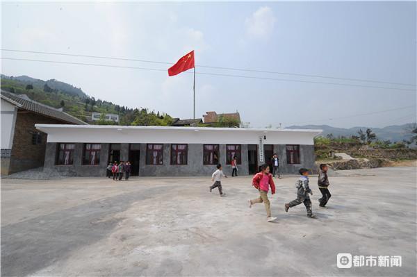 半坡小学生源辐射三个村民组,因地处偏远,在历次教学布点调整中得以保留,以方便山里的孩子就近入学
