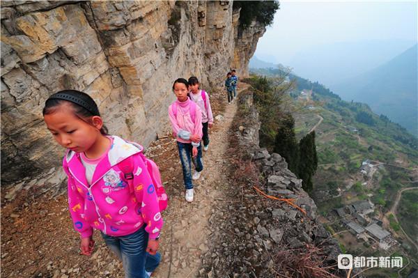岔口洞村的学生穿过悬崖去上学,百米崖底是他们的家