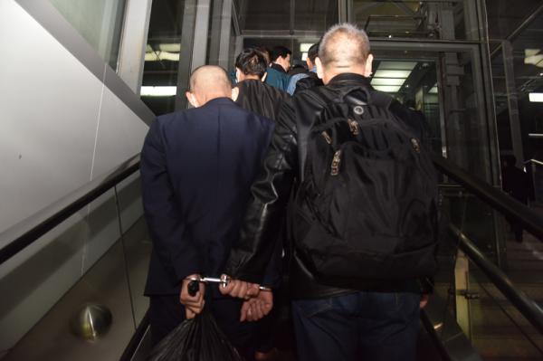 2019年11月14日晚,专案组将跨省系列碰瓷案嫌疑人押解回沪。 除署名外本文图片均为青浦警方供图