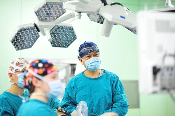 叶定伟教授在手术中 新民网 图