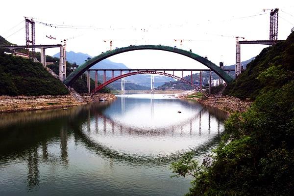 """[重庆]郑万高铁梅溪河双线特大桥拱圈""""双合龙""""(图)"""