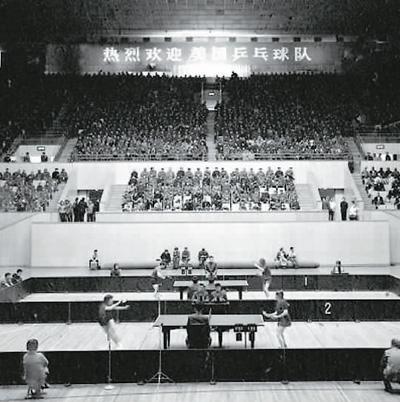 1971年4月13日,中美两国乒乓球行动员在北京首都体育馆进走友谊比赛。