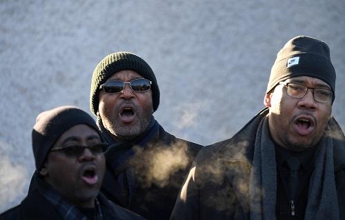 2018年1月15日,在美国首都华盛顿,人们在马丁・路德・金雕像前参加纪念活动。新华社记者殷博古摄