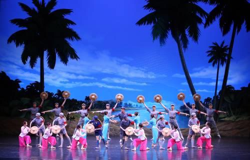 4月16日,中国艺术团在平壤表演芭蕾舞剧《红色娘子军》。(新华社)