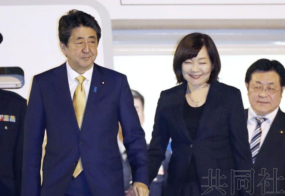 安倍晋三与夫人安倍昭惠/图自共同社