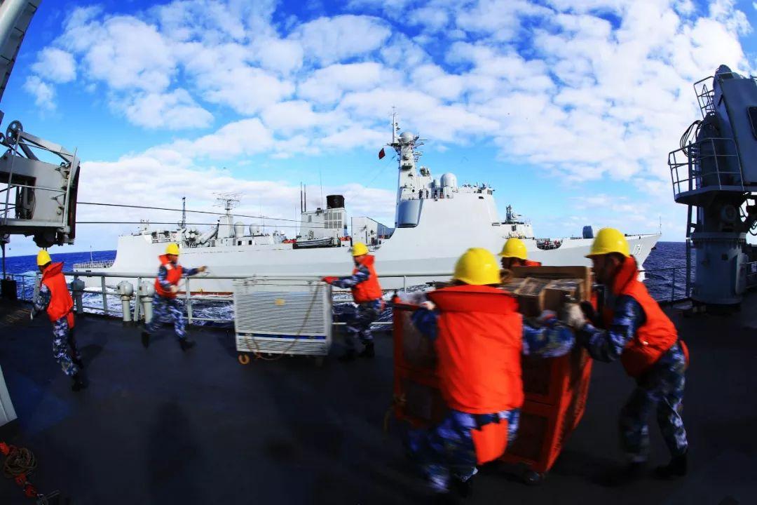 千岛湖舰补给物资迅速转运 代宗锋摄
