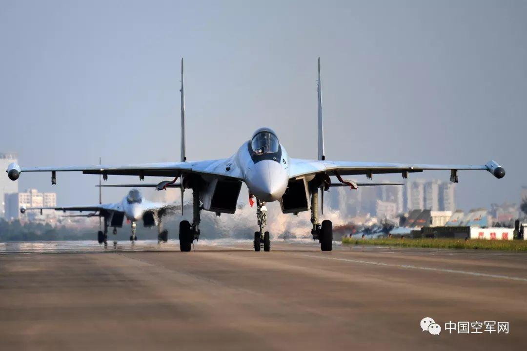 ▲12月4日,南部战区空军航空兵某旅布局跨昼夜飞走,苏-35战机挨次滑向首飞线。范以书摄