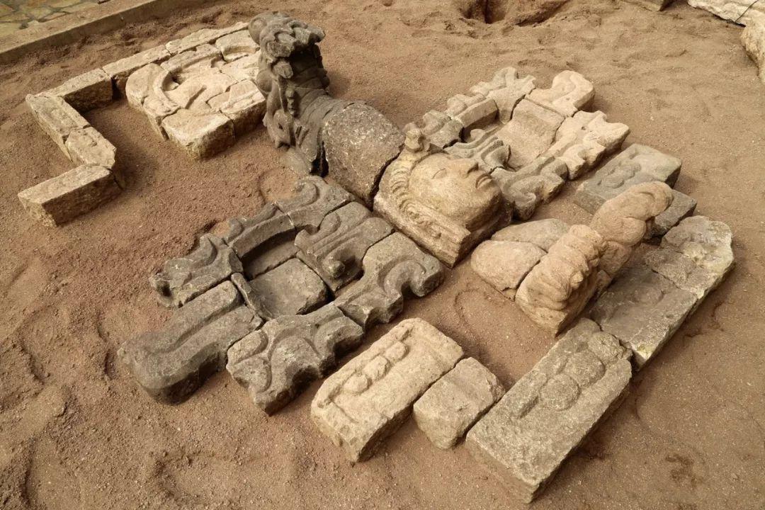 沙盘复原的龙头神鸟配相符玉米神新生的雕刻。社科院考古所供图