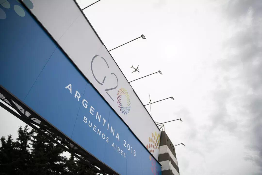 ▲资料图片:11月27日,在阿根廷首都布宜诺斯艾利斯,一架飞机飞过G20峰会会场――科斯塔・萨尔格罗会展中心。(新华社记者 李明 摄)