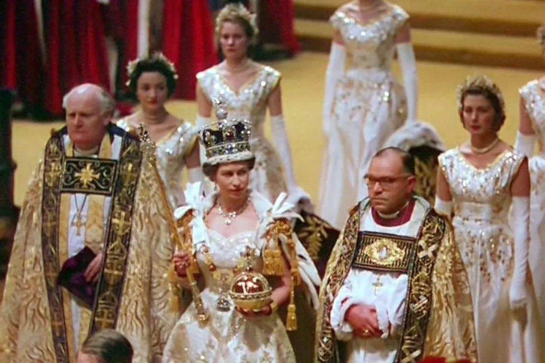 ▲1953年6月2日,英国公主伊丽莎白在威斯敏斯特教堂添冕,她接过象征权力的权杖,戴上国王象征的王冠,成为名副其实的英国女王,也就是人们熟知的伊丽莎白二世。