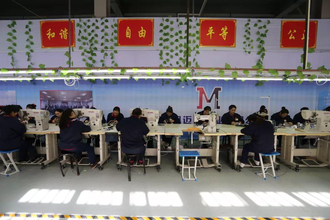 于田县做事技术哺育培训中心制鞋厂的女工正在做事。摄影:范凌志