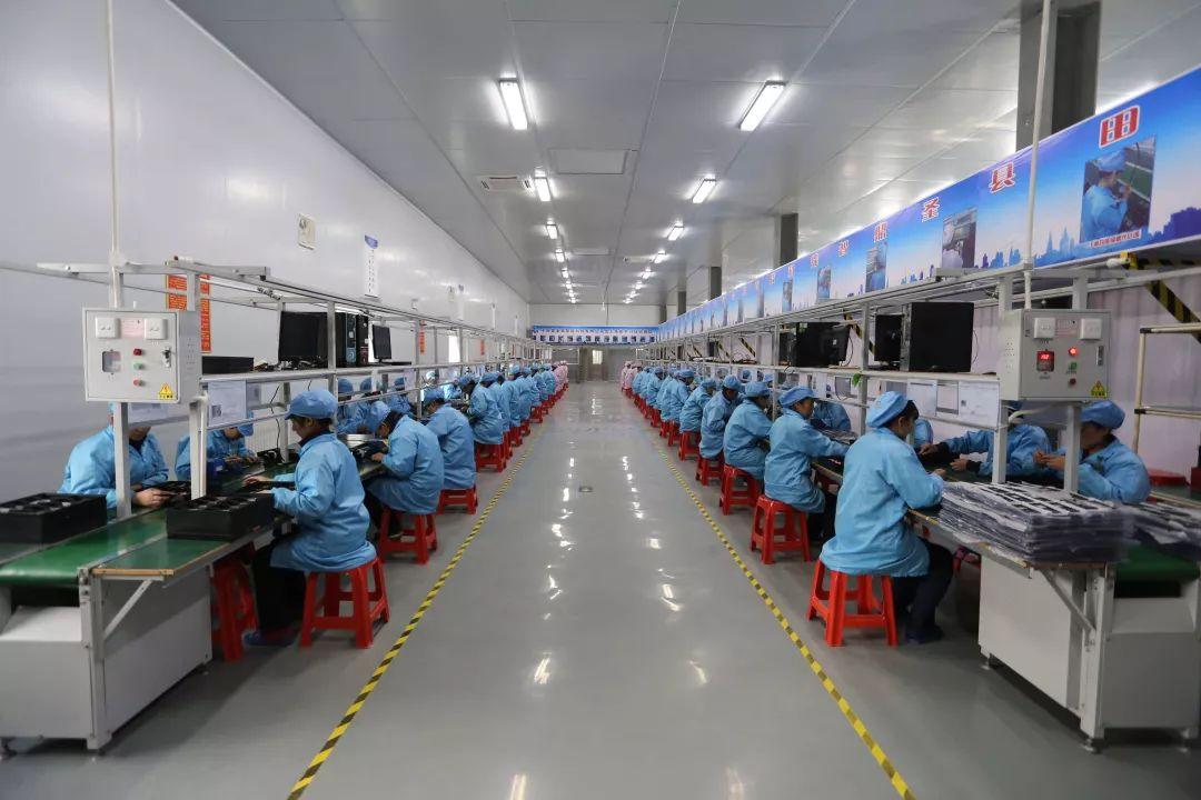 新疆于田县做事技术哺育培训中心手机厂的职工在做事。摄影:范凌志