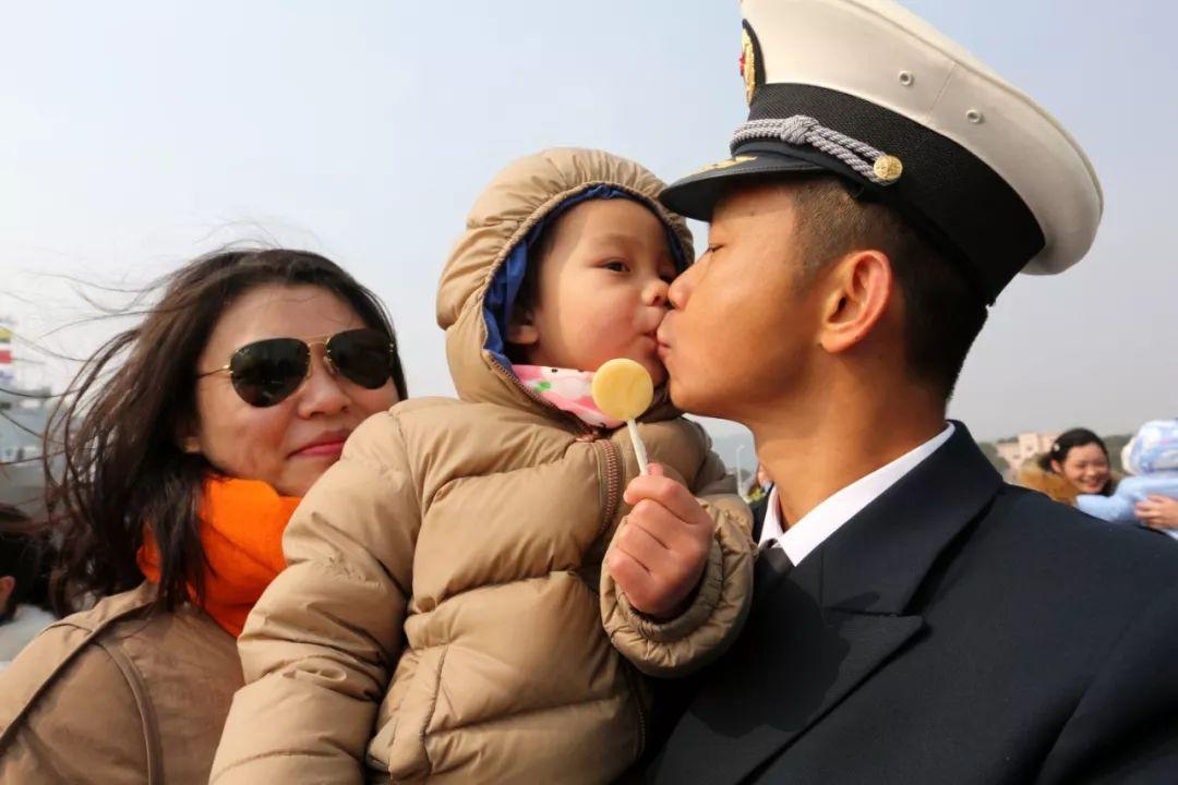 ▲2016年2月5日,载誉归来的中国海军的别名军官拥抱前来迎接的家人。(新华社)
