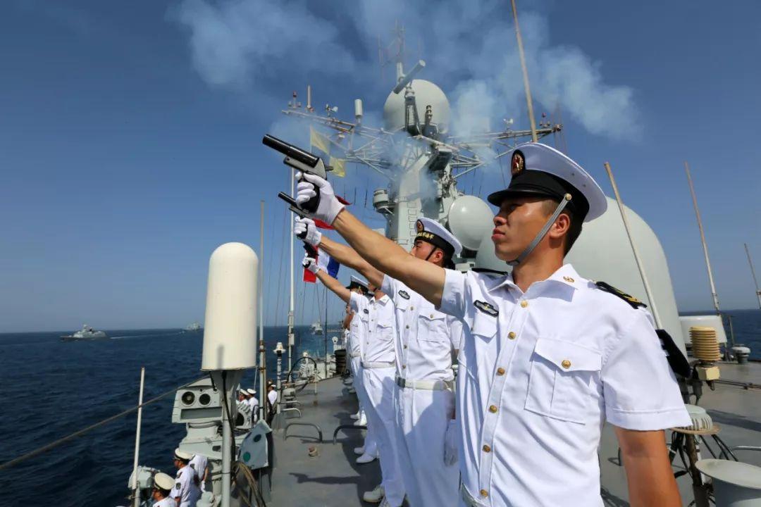 ▲2015年8月23日,在亚丁湾海域举走的中国海军第二十批、第二十一批护航编队分航仪式上,第二十批护航编队指挥舰济南舰的官兵发射3发信号弹。(新华社发)