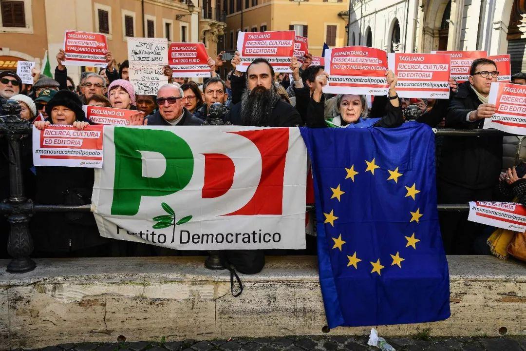 ▲当地时间2018年12月29日,意大利罗马,意大利指斥党民主党(PD)的成员和声援者荟萃在意大利多议院外示威抗议,指斥通过修订的2019年度预算。