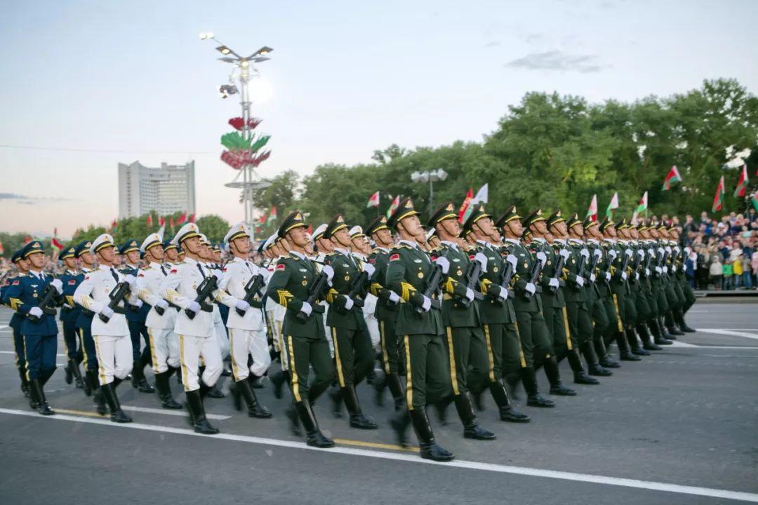 当地时间3日晚,在白俄罗斯首都明斯克,中国人民解放军仪仗大队参加白独立日阅兵式。新华社记者魏忠杰摄