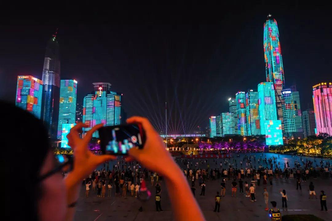 ▲9月24日,市民在观看深圳市中心灯光秀。(新华社)