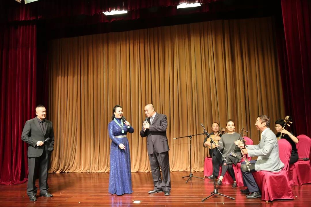 民革中央副主席、著名表演艺术家冯巩与民革党员、京剧名家王奕謌等联袂演绎京剧《智斗》