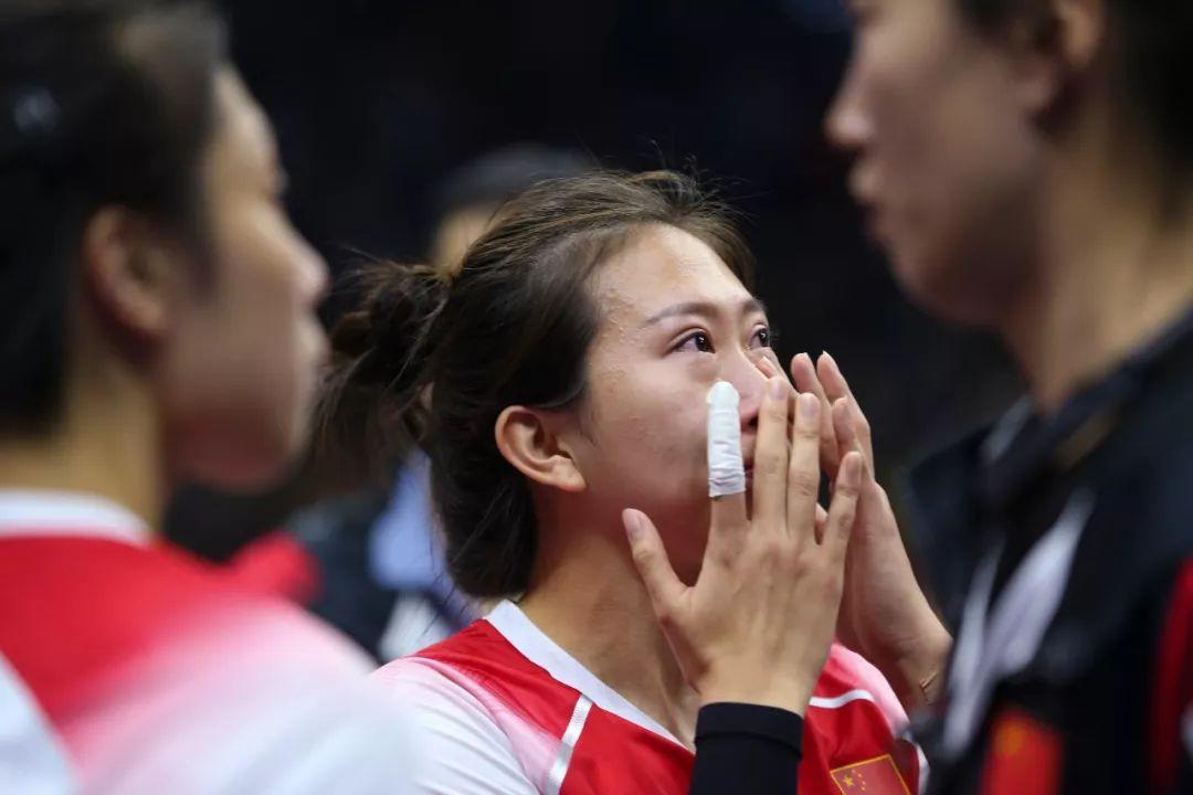 八一女排姑娘遗憾落泪/视觉中国