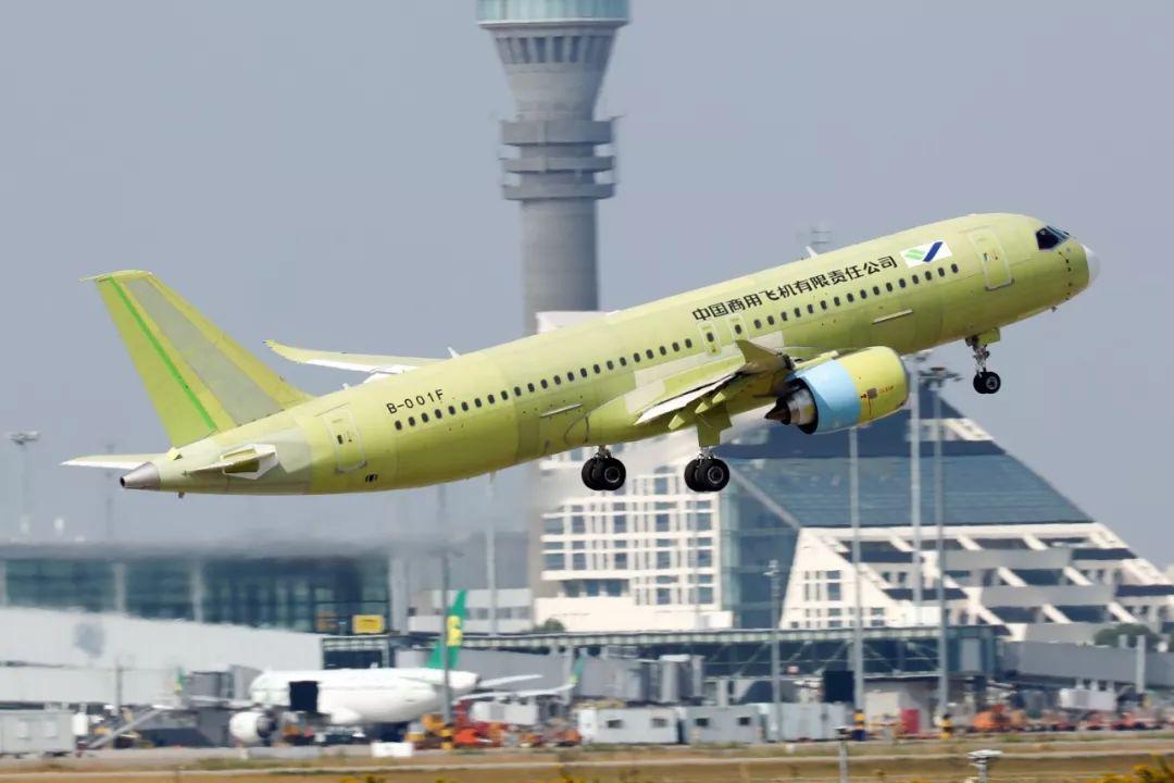 ▲10月24日,C919大型客機105架機在上海浦東國際機場起飛。(新華社)