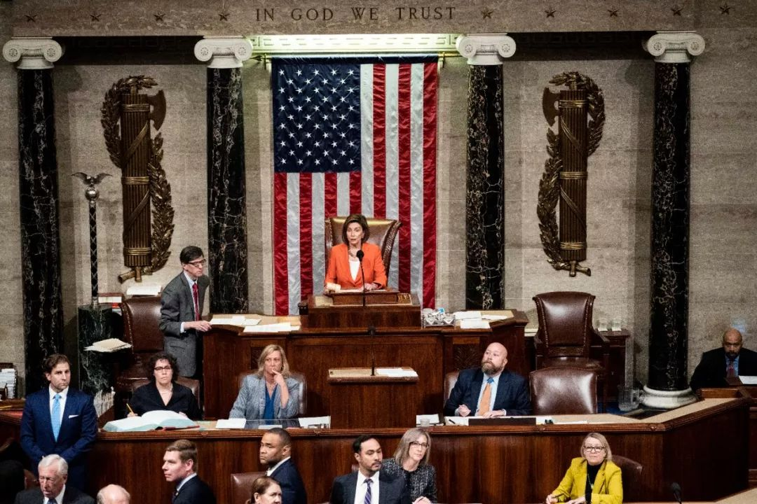 10月31日,在美国华盛顿,美国国会众议长佩洛西(中)主持针对总统特朗普进行弹劾调查程序的决议案投票。新华社发(梅利娜·玛拉摄)