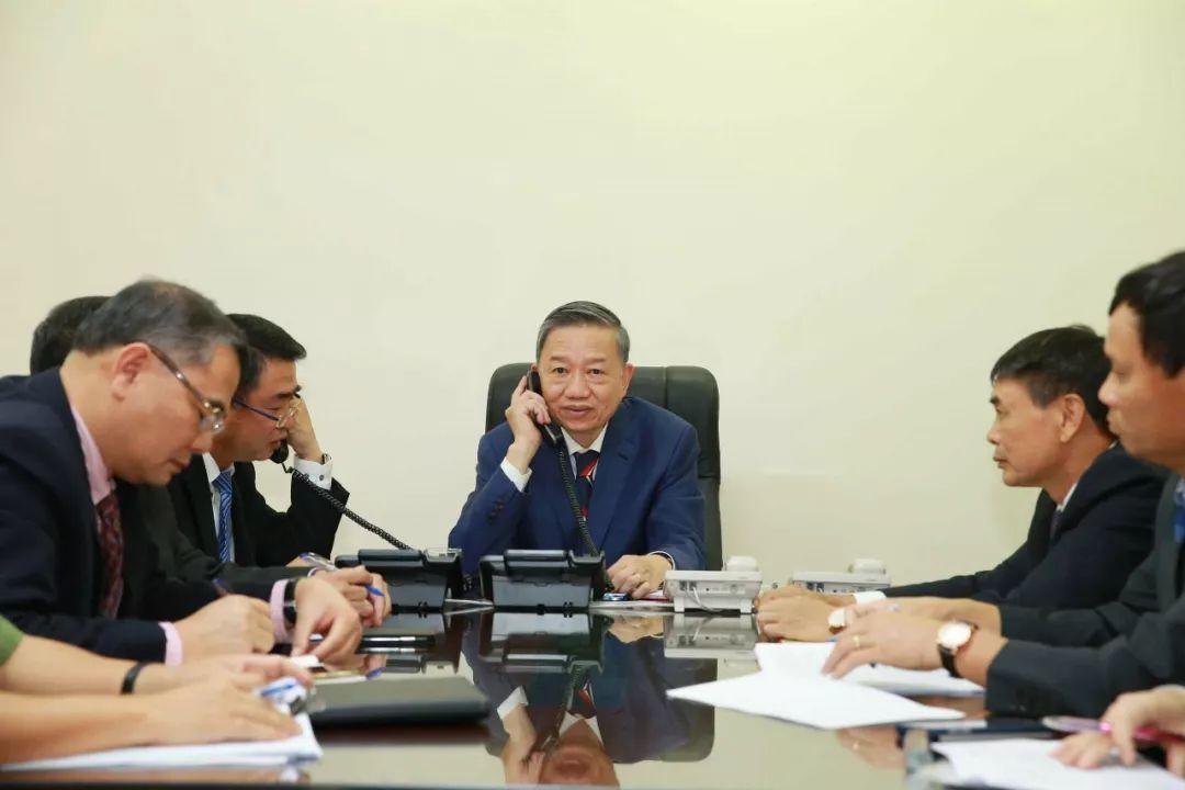10月30日,在越南河内,越南公安部部长苏林(中)与英国内政大臣普丽蒂·帕特尔通话。新华社/越通社