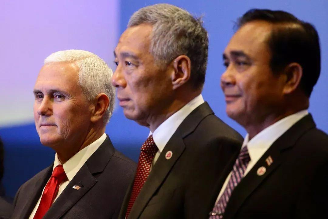 ▲资料图片:当地时间2018年11月15日,新加坡,东盟峰会期间,东盟-美国峰会举行,美国副总统迈克·彭斯(左)出席。(视觉中国)