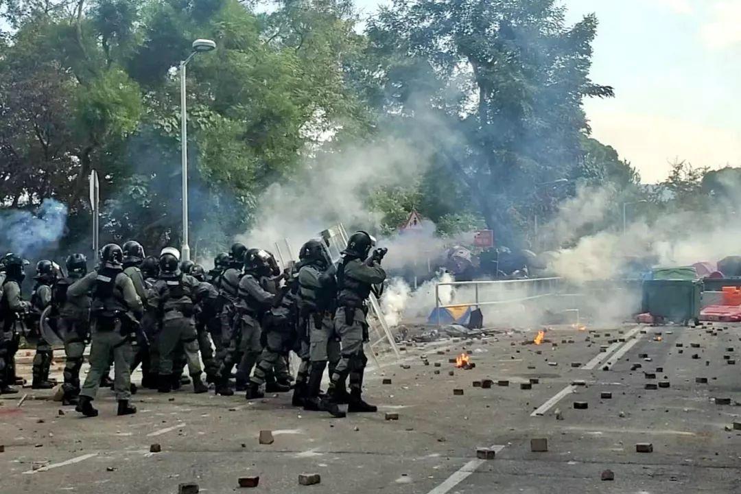 12日,暴徒在港中文大学向警察投掷砖块、纵火。资料图