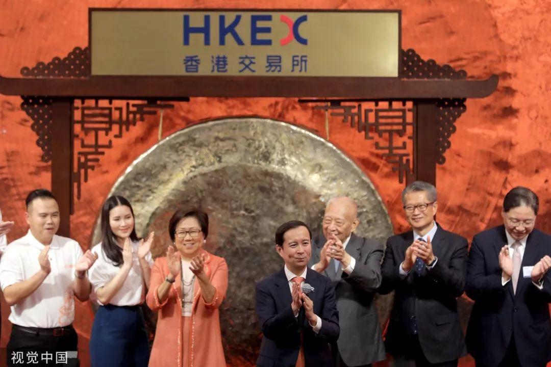 ▲11月26日,中国香港,阿里巴巴集团正式在港交所挂牌上市,阿里巴巴集团董事局主席兼首席执行官张勇(中)出席仪式。