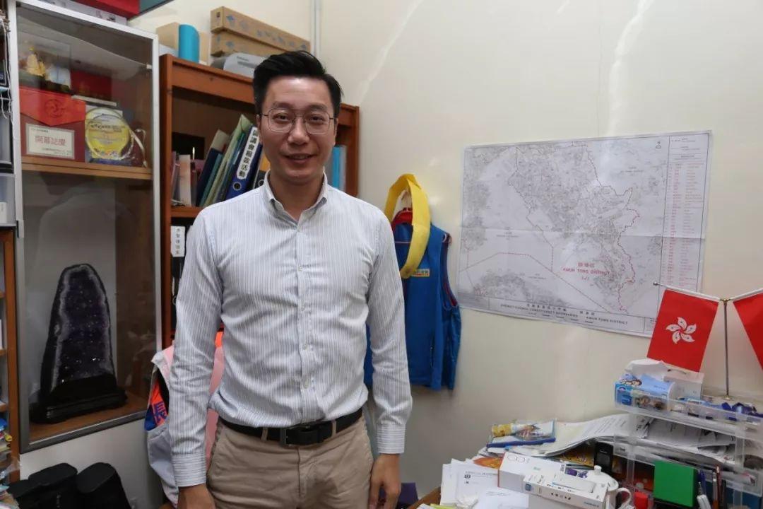 张培刚在议员办事处接受采访。
