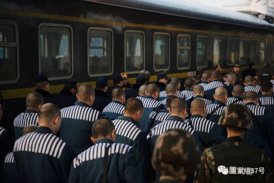▲北京遣送民警与当地监狱民警在列车乘客下车之前完成交接。新京报记者 郑新洽 摄