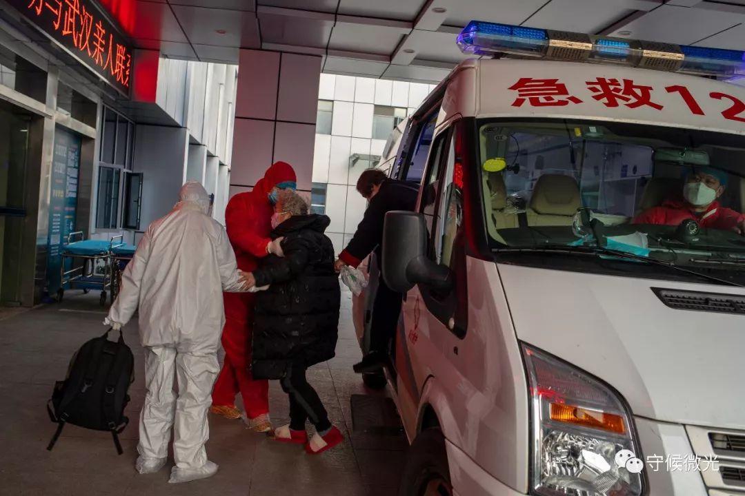 2月17日,湖北省孝感市中央医院, 120急救车送来别名糖尿病病人。近期孝感市新冠肺热新添确诊数上升速度照样较快,车上的司机和医护人员在出勤时要全副武装。中青报·中青网记者 李隽辉/摄