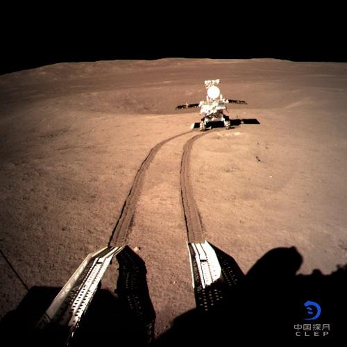 图为着陆器地形地貌相机拍摄的玉兔二号在A点影像图。 新华社发(国家航天局 供图)