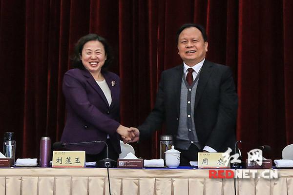 会议选举省人大常委会副主任周农为省总工会主席。 彭福宗 图
