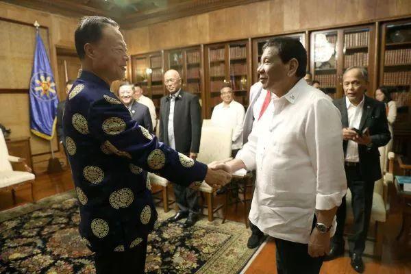 ▲10月8日,菲律宾总统杜特尔特在总统府会见赵鉴华大使。(图片源自中国驻菲律宾大使馆官网)