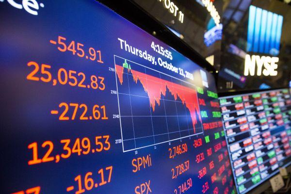 10月11日,美国纽约证券交易所的电子屏显示当日收盘信息。当天,纽约股市三大股指继续下跌。(新华社)