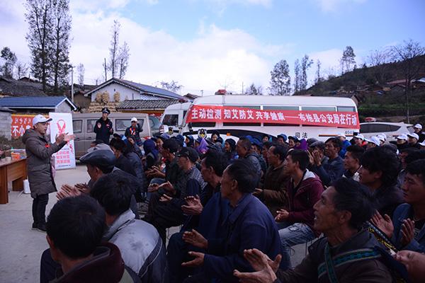 志愿者向布拖县村民宣传禁毒防艾情况。