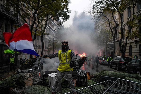 """""""黄背心""""示威活动导致了大周围的暴力冲突。视觉中国 图"""