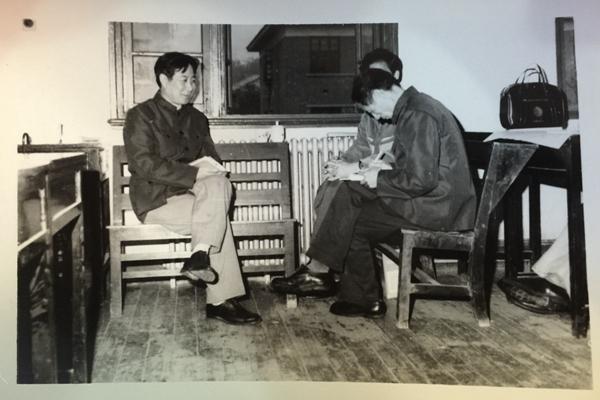 湖南省纪律检查机关恢复重修后,赵焱森与同事们在一首协商信访件的处置