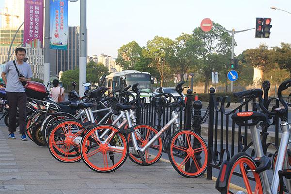 2016年夏天,上海街头,摩拜单车让人们在出行时,想用就用、想停就停。澎湃新闻记者 杨鑫倢 图