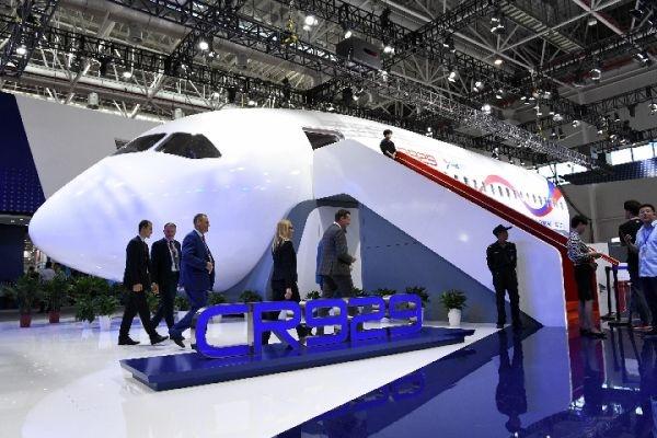 图:在2018珠海航展上,中国商用飞机有限义务公司展现的CR929长途宽体客机1:1样机,吸引了多多不悦目多参不悦目体验。 图源新华社