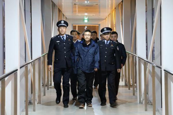 """""""百名红通人员""""王清伟回国投案(烟台电视台 栾诺诺 摄)"""