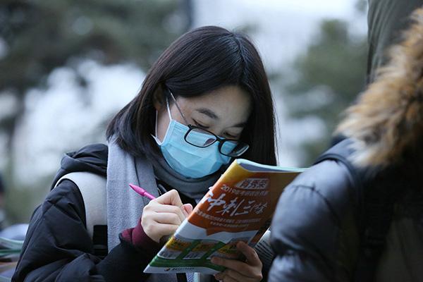 2018年12月22日,北京,中国人民大学钻研生考点,考生在捏紧时间复习。视觉中国 图
