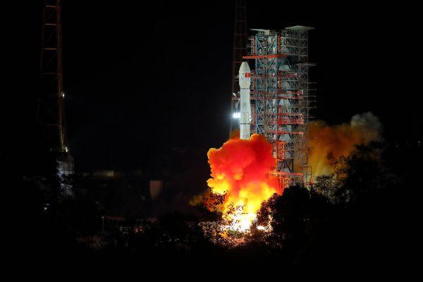 12月8日2时23分,吾国在西昌卫星发射中间用长征三号乙运载火箭成功发射嫦娥四号探测器,开启了人类首次月球背面柔着陆的探测之旅。新华社记者 江宏景 摄