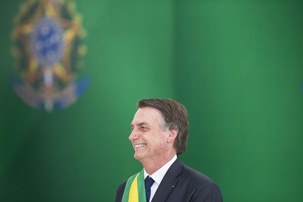 """1月1日,在巴西首都巴西利亚的总统府""""高原宫"""",巴西总统雅伊尔·博索纳罗出席就职典礼。新华社记者 李明 摄"""