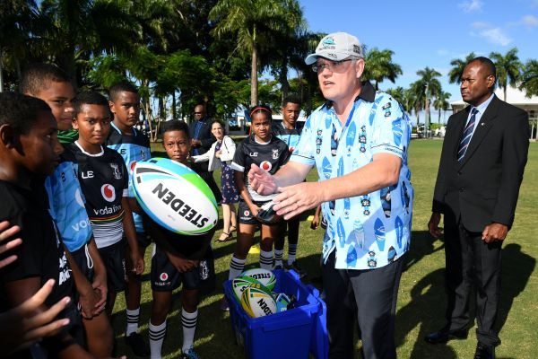 澳大利亚总理斯科特·莫里森1月19日在斐济首都苏瓦与橄榄球小球员们见面(路透社)